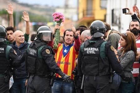España retira fuerzas policiales de Cataluña - ảnh 1