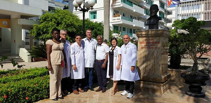 Vietnam recibe a otros dos experimentados médicos cubanos  - ảnh 1