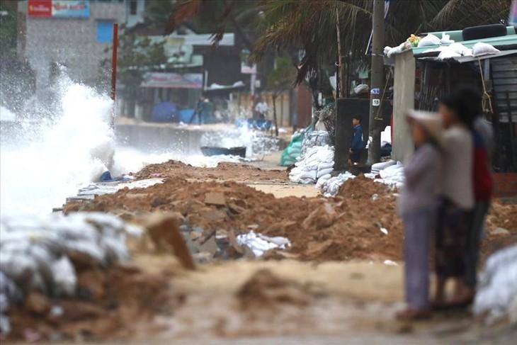 Tifón Nakri causa lluvias torrenciales en provincias costeras de Vietnam - ảnh 1