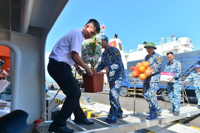 Presentan regalos de Tet 2020 a soldados en archipiélago de Truong Sa  - ảnh 1