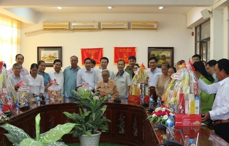 Dirigente vietnamita entrega regalos de Tet a necesitados en Dong Nai - ảnh 1