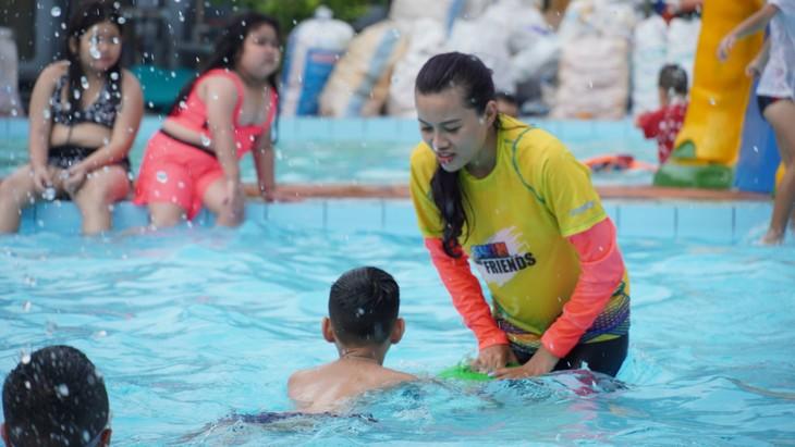 Clases de natación gratuitas para niños desfavorecidos en Ciudad Ho Chi Minh - ảnh 3