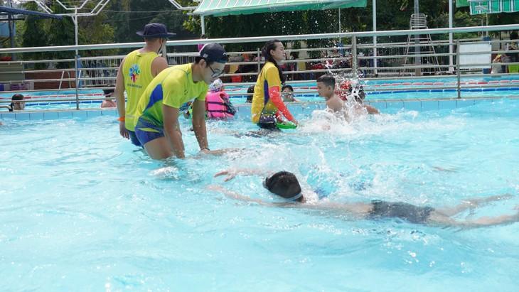 Clases de natación gratuitas para niños desfavorecidos en Ciudad Ho Chi Minh - ảnh 2