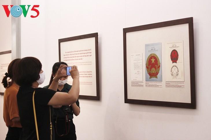 Exhibición sobre la historia del emblema nacional de Vietnam   - ảnh 10