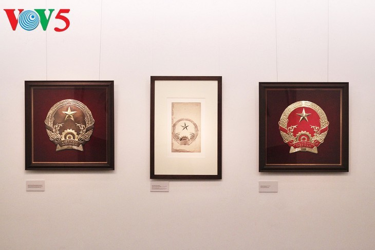 Exhibición sobre la historia del emblema nacional de Vietnam   - ảnh 2
