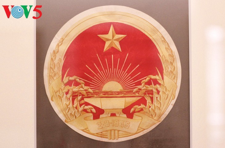Exhibición sobre la historia del emblema nacional de Vietnam   - ảnh 6