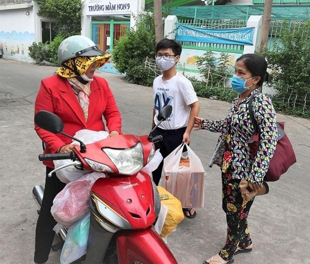 Entregan más de siete mil paquetes de asistencia a familias afectadas por covid-19 en Vietnam - ảnh 1