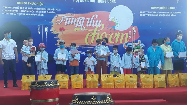 Celebran la fiesta de Medio Otoño en varias localidades vietnamitas - ảnh 1