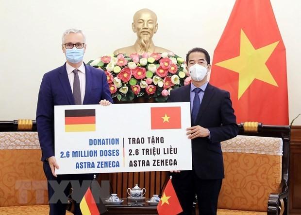 Vietnam recibe 2,6 millones de dosis de vacuna contra covid-19 donadas por Alemania  - ảnh 1