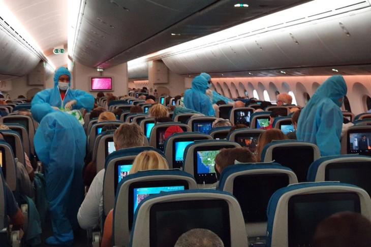 特别航班运送600名欧盟公民回国 - ảnh 1