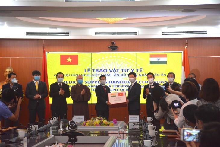 越南向一些国家捐赠医疗设备和口罩 - ảnh 1
