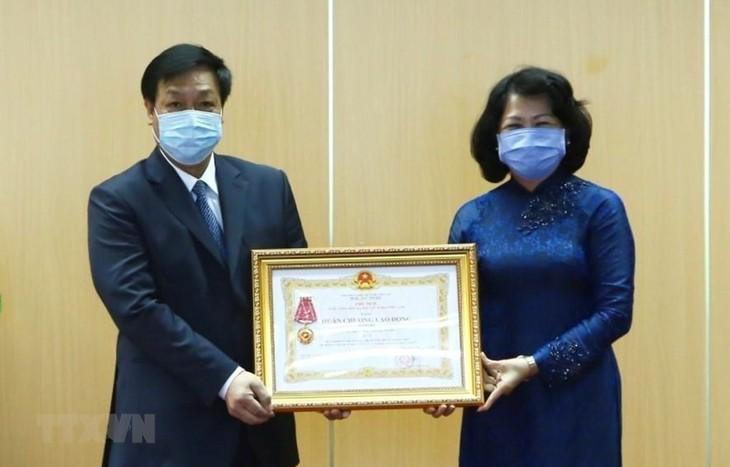 越南国家副主席邓氏玉盛:新冠肺炎疫情期间  对越南卫生部门的信心明显提高 - ảnh 1