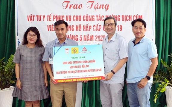 越南友好组织联合会胡志明市分会助力当地学校抗击疫情 - ảnh 1