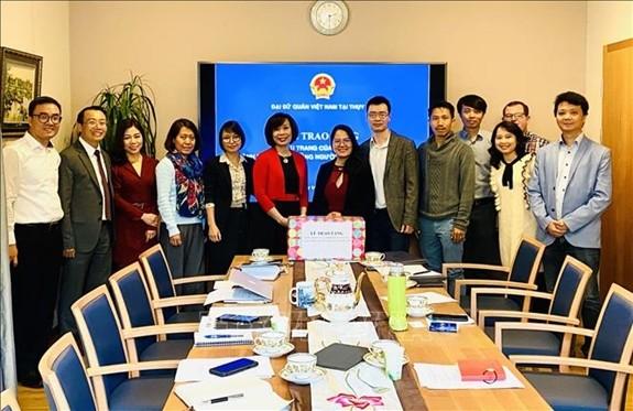 越南驻瑞士大使馆转交政府向旅居瑞士越南人捐赠的口罩 - ảnh 1