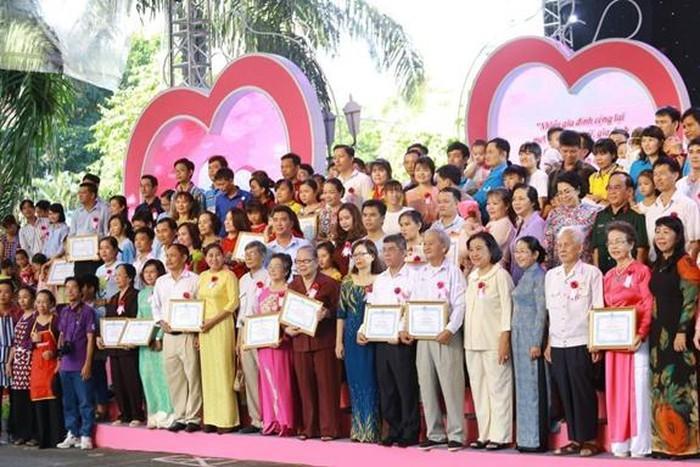 表彰22个优秀青年家庭 - ảnh 1