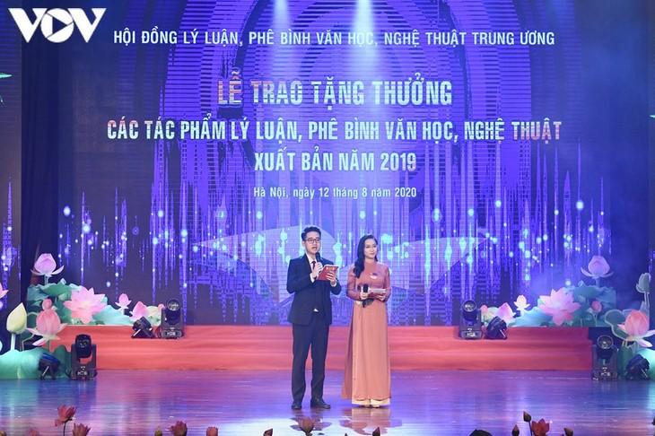 2019年文学艺术理论批评作品颁奖仪式在本台举行 - ảnh 1