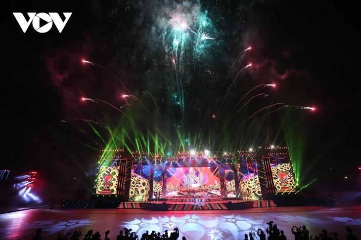 庆祝越共十三大圆满成功的艺术晚会在河内举行 - ảnh 1