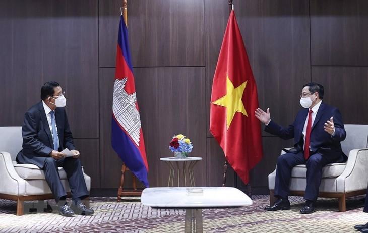 越南政府总理范明政分别会见柬埔寨首相、新加坡总理和马来西亚总理 - ảnh 1