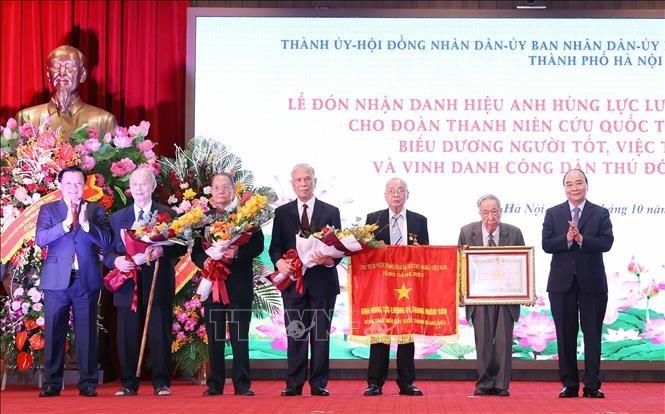 阮春福向黄妙城救国青年团颁发人民武装力量英雄称号 - ảnh 1