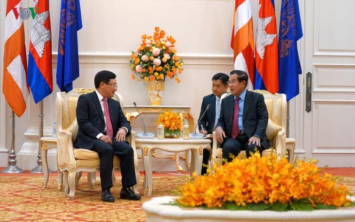 Le vice-Premier ministre vietnamien rencontre le Premier ministre cambodgien - ảnh 1