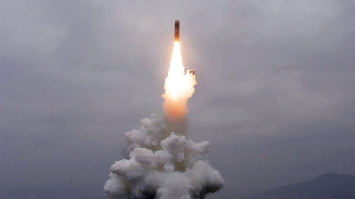 Le missile nord-coréen tiré d'une plate-forme, non d'un sous-marin - ảnh 1