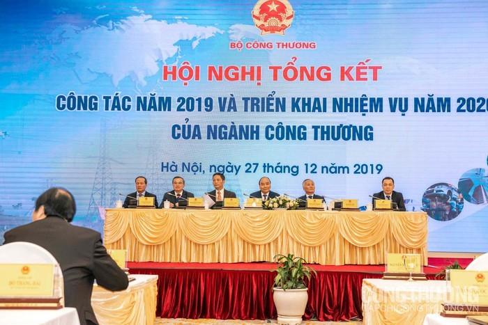 Nguyên Xuân Phuc à la conférence-bilan du secteur de l'Industrie et du Commerce - ảnh 1