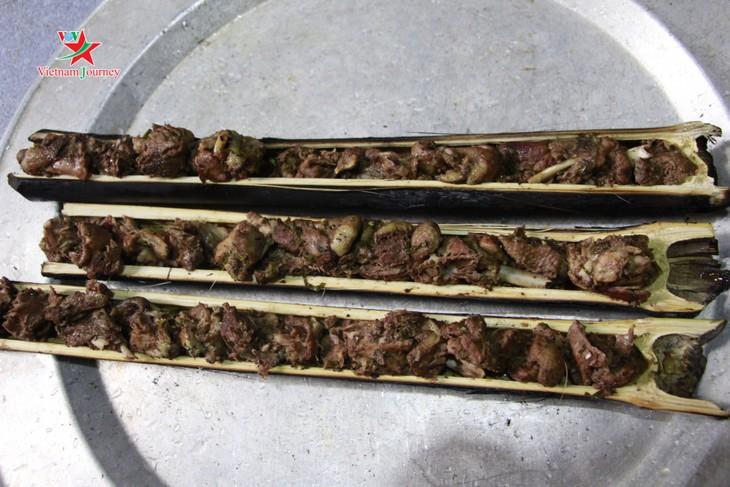 Du canard grillé dans un tube de bambou, une spécialité thaï - ảnh 1