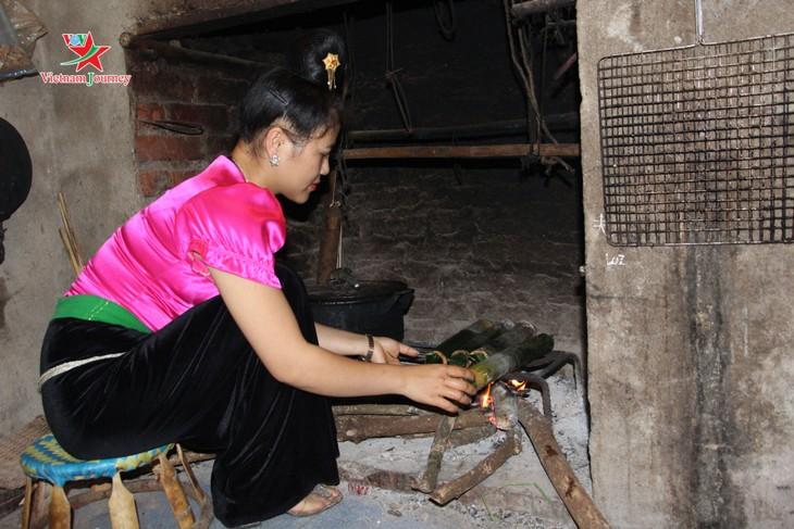 Du canard grillé dans un tube de bambou, une spécialité thaï - ảnh 2