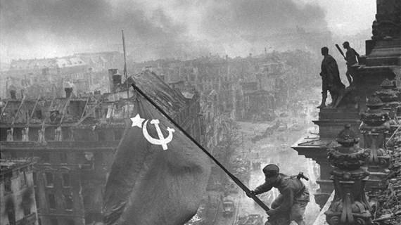 Commémoration de la fin de la Seconde guerre mondiale, occasion d'appeler à la solidarité - ảnh 1