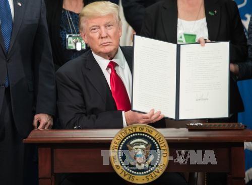 Trump signe un décret visant à limiter la protection dont bénéficient les réseaux sociaux - ảnh 1
