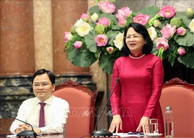 Dang Thi Ngoc Thinh rencontre les jeunes familles exemplaires - ảnh 1