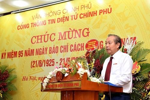 Truong Hoa Binh rencontre le personnel du journal électronique du gouvernement  - ảnh 1