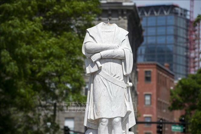 Etats-Unis : Des manifestants font tomber une statue de Christophe Colomb à Baltimore - ảnh 1
