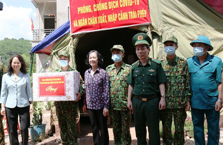La cheffe de la commission centrale de sensibilisation rend visite aux gardes-frontières de Lang Son - ảnh 1