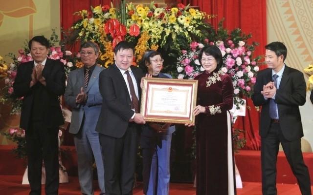Le Théâtre de chant, de danse et de musique du Vietnam décoré du titre de « Héros du travail » - ảnh 1