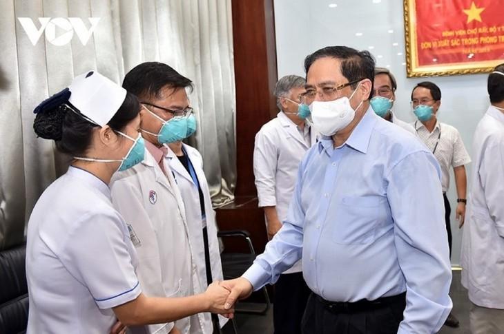 Le Premier ministre encourage les forces en première ligne contre l'épidémie de Covid-19 - ảnh 1