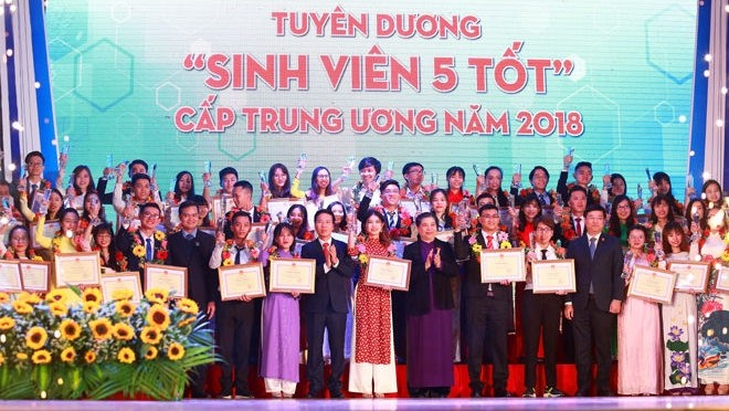 Outstanding students honoured - ảnh 1