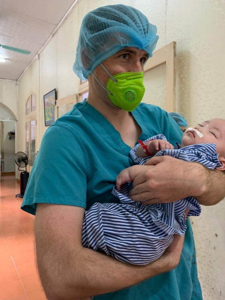 Irish single dad's special bond with Vietnamese baby with cleft lip - ảnh 3