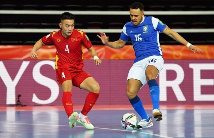 Vietnam suffers defeat against Brazil at 2021 FIFA Futsal World Cup           - ảnh 1