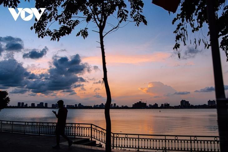 Le coucher du soleil sur le lac de l'Ouest - ảnh 12