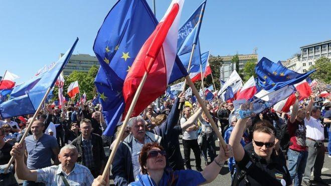 波兰爆发1989年以来最大规模的抗议示威 - ảnh 1