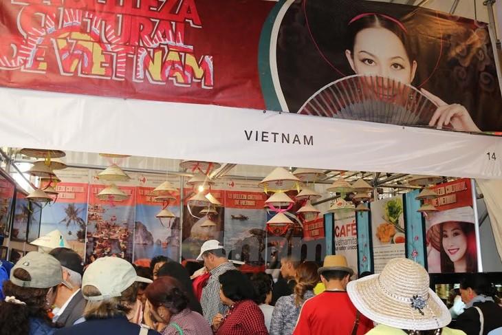 Vietnamese culture highlighted at 8th Friendly Culture Fair. - ảnh 1