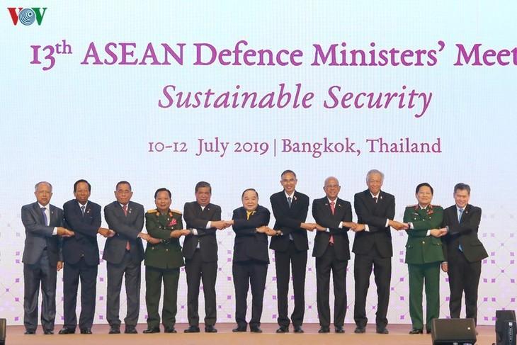 ASEAN Defense Ministers' Meeting Retreat opens in Hanoi - ảnh 1