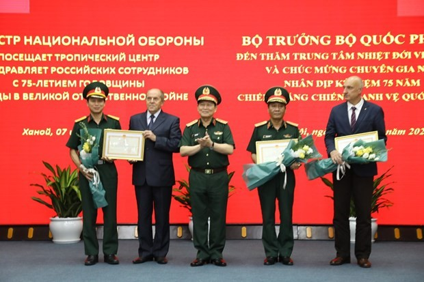 Defense Minister calls for more science-technology cooperation with Russia - ảnh 1