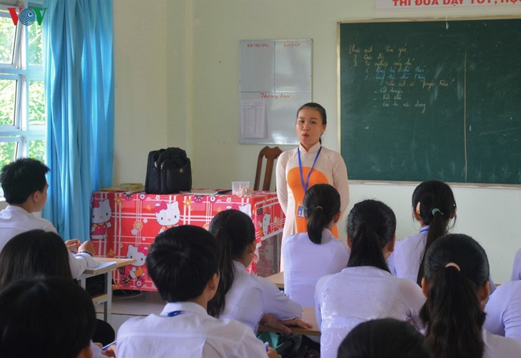 Literature teacher gains traction for integrating cai luong traditional singing in her lessons - ảnh 1