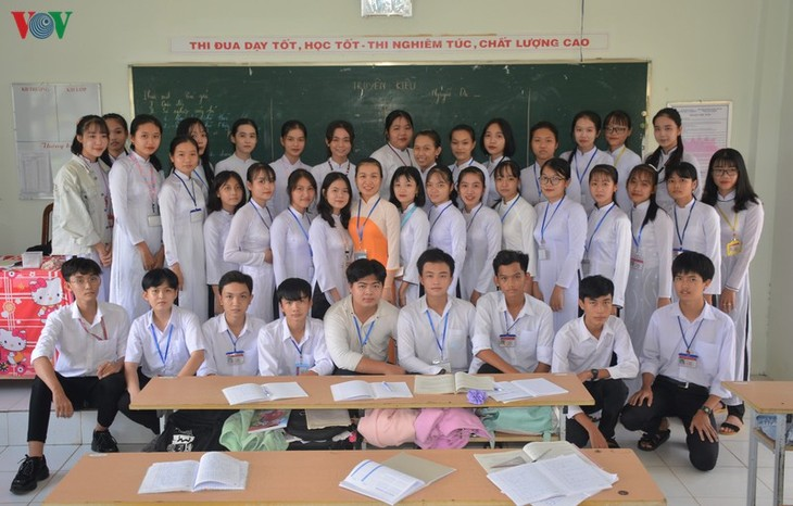 Literature teacher gains traction for integrating cai luong traditional singing in her lessons - ảnh 2