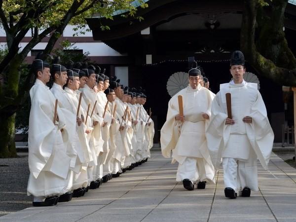 ນາຍົກລັດຖະມົນຕີຍີ່ປຸ່ນ Shinzo Abe ບໍ່ໄປ ໄຫວ້ອາໄລຢູ່ວິຫານ Yasukuni - ảnh 1