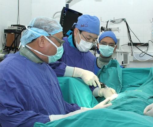 Pionier für eine neue Methode bei Wirbelsäulenoperation - ảnh 2