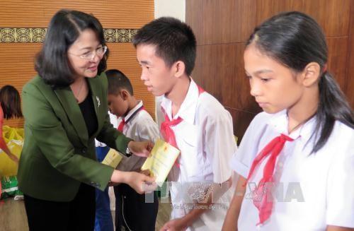 Viele Aktivitäten zum Mittherbstfest für bedürftige Kinder in Zentralvietnam - ảnh 1