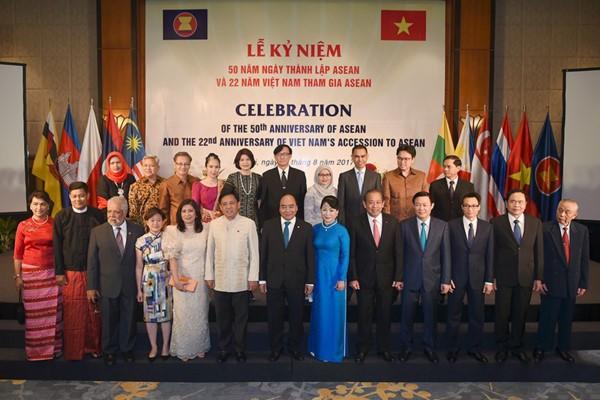 Premierminister Nguyen Xuan Phuc leitet die Zeremonie zum 50. ASEAN-Gründungstag - ảnh 1